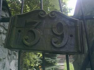 Numer domu T.Kantora w Hucisku