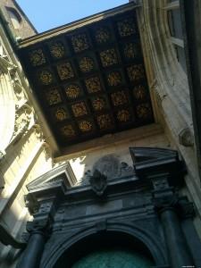 Przy wejściu do  Katedry na Wawelu