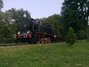 Zabytkowa lokomotywa w parku w Wieliczce